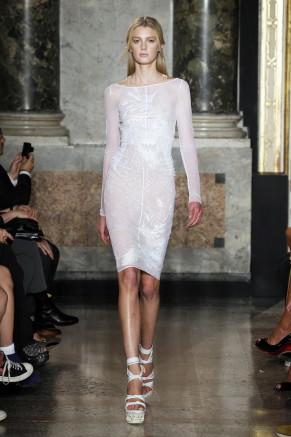 weißes Kleid, Muster wie tätowiert