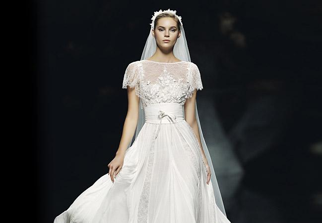 Hochzeitskleid mit breitem Stoffgürtel