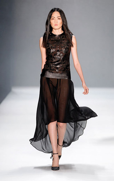 Ärmelloses Abendkleid mit transparentem Rock, schwarz
