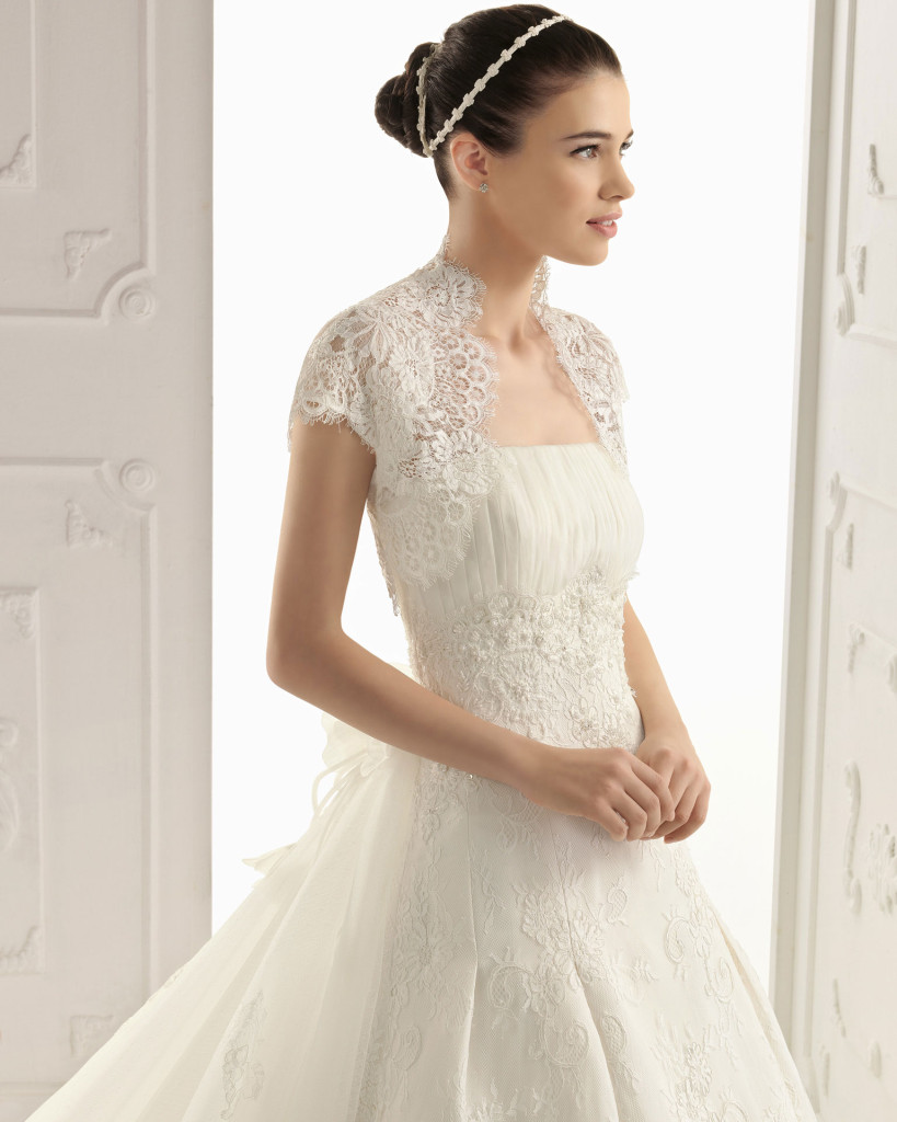 Hochzeitskleid mit Bolerojäckchen aus Spitze, AIRE Barcelona