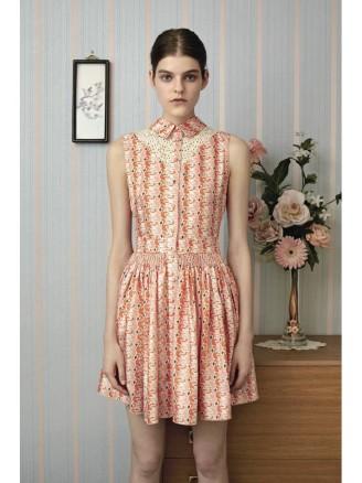 Kurzes ärmelloses Kleid mit gesmokter Taille, Bubikragen und Knopfleiste