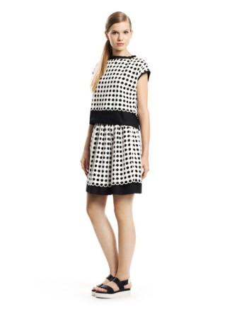 Kleid mit schwarzen Tupfen