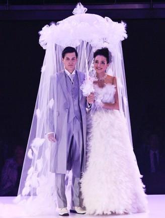 Brautkleid weiß, lang, mit Federn