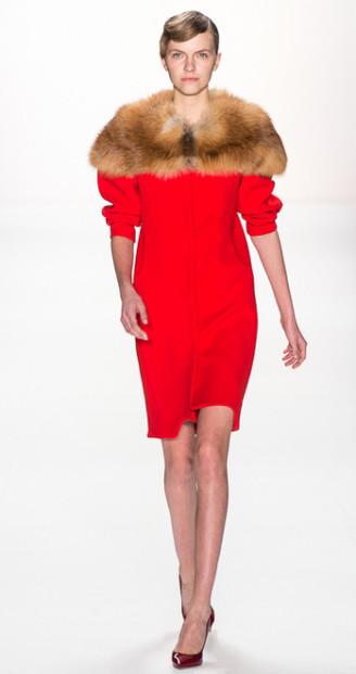 Marina Hoermanseder rotes Kleid mit Pelz