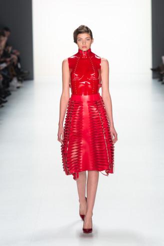 Heißes Outfit mit Fetischqualität. Rotes Lackleder mit Nieten und Schnallen. Ladylike die Rocklänge