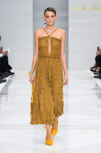 Plissee-Kleider bei Ferragamo 2016