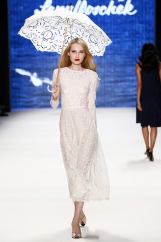 knöchellanges Sommerkleid, weiß, langarm, langarm. Lena Hoschek