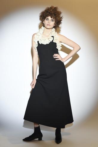Schwarzes Kleid mit weißen Rüschen. Isa Arfen 2017 Resort