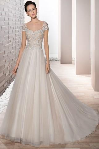 klassisches Hochzeitskleid mit weitem Rock